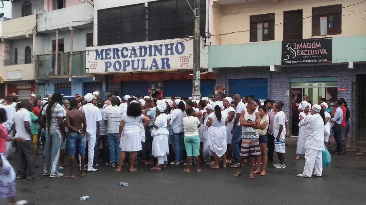 Assista: após enterro de mãe e filhos, comunidade realiza manifestação