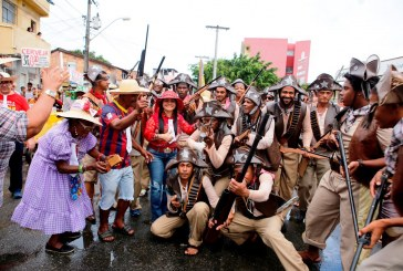 Blocos juninos arrastam multidão pelas ruas de Lauro de Freitas no segundo dia da festa