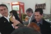 """Jair Bolsonaro leva """"ovada"""" de manifestante em cafeteria"""