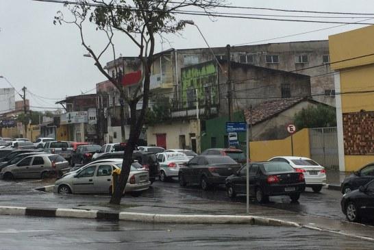 Interdição da Dois de Julho trava trânsito em Lauro de Freitas