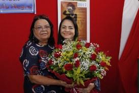 Prefeita de Lauro de Freitas é homenageada em escola durante celebração do Dia da Consciência Negra