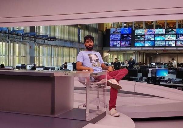 Vazador do vídeo de Waack posa em bancada do Jornal da Globo