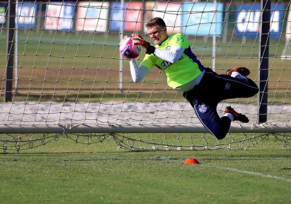 Bahia oficializa contratação do goleiro Douglas
