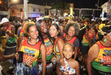 Blocos mantêm tradição e fazem o melhor Carnaval de Lauro de Freitas