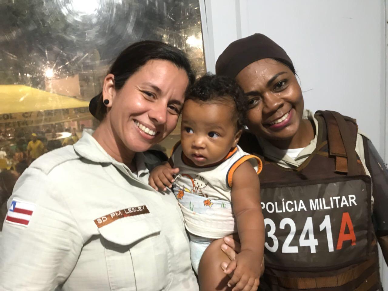 Bebê de 8 meses é resgatado pela PM no Carnaval de Lauro de Freitas