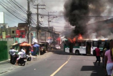 Ônibus é incendiado no bairro de Sussuarana; veja vídeo