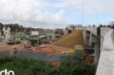 Remanejamento de subadutora em obra do Metrô interrompe abastecimento de água em Lauro de Freitas