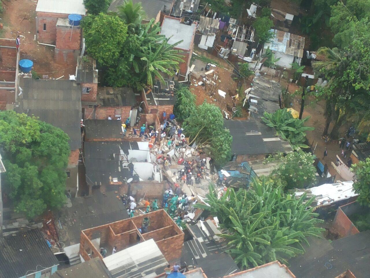 Bombeiros e Graer atuam no atendimento a vítimas de desabamento em Pituaçu