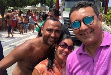 Em Arembepe, Alexandre Marques prestigia bloco infantil Pernalonga